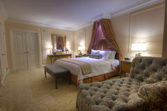 размер светильников короля сени спальни кровати Стоковая Фотография RF