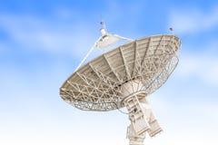 Размер спутникового радиолокатора параболической антенны большой изолированный на backg голубого неба Стоковые Изображения RF