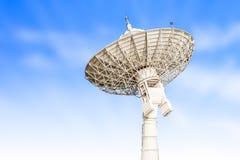 Размер спутникового радиолокатора параболической антенны большой изолированный на backg голубого неба Стоковые Фотографии RF