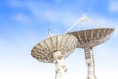 Размер спутникового радиолокатора параболической антенны большой изолированный на backg голубого неба Стоковое Изображение