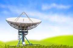 Размер спутникового радиолокатора параболической антенны большой и голубое небо засевают backgro травой стоковые изображения rf
