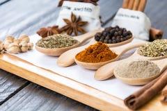 размер цветастых трав шаров добавок естественный spices вертикаль Стоковое фото RF
