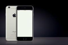 Разметьте серую сторон модель-макета iPhone 7 Яблока передних и задних на темной предпосылке с космосом экземпляра Стоковые Фотографии RF