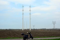 Размещение высоковольтных поляков в голландском земледелии стоковое фото