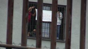 Размещение в лагере военнопленных, плакат иммигрантов пожалуйста помогает нам видеоматериал