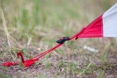 Размещение красного располагаясь лагерем шатра, съемки макроса колышка и травы стоковые фотографии rf