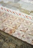 Размещение мостоваой гидравлических плиток которые формируют мозаику стоковое изображение