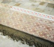 Размещение мостоваой гидравлических плиток которые формируют мозаику стоковые изображения rf