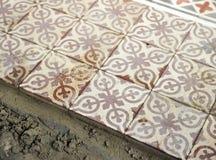 Размещение мостоваой гидравлических плиток которые формируют мозаику стоковые фото