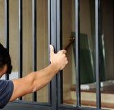 Размещение новой железной двери входа в жилом доме стоковое изображение rf