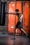 Разминка бокса молодого человека стоковые изображения