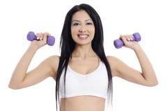 Разминка веса женщины гантели в спортзале Стоковые Фотографии RF
