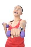 Разминка веса женщины гантели в спортзале Стоковое фото RF