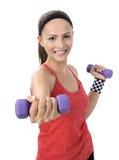 Разминка веса женщины гантели в спортзале Стоковое Изображение