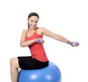 Разминка веса женщины гантели в спортзале Стоковое Фото