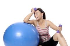 Разминка веса женщины гантели в спортзале Стоковые Изображения RF