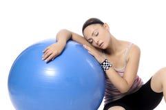 Разминка веса женщины гантели в спортзале Стоковая Фотография