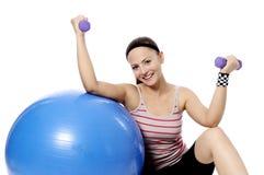 Разминка веса женщины гантели в спортзале Стоковые Изображения