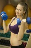 Разминка веса молодой женщины с 2 гантелями Стоковые Фото