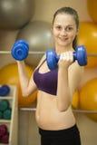 Разминка веса молодой женщины с гантелями Стоковое Изображение RF