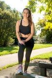 Разминка девушки милой молодой женщины sporty внешняя Стоковые Изображения