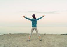 Разминка девушки на побережье в утре Стоковое Изображение RF