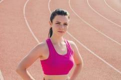 Разминка девушки спорта тренировка Фитнес здоровье Маленькая девочка на st Стоковые Фотографии RF