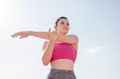 Разминка девушки спорта тренировка Фитнес здоровье Маленькая девочка на st Стоковые Изображения RF