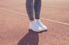 Разминка девушки спорта тренировка Фитнес здоровье Маленькая девочка на st Стоковая Фотография RF
