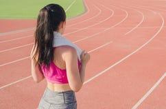 Разминка девушки спорта тренировка Фитнес здоровье Маленькая девочка с Стоковые Изображения RF