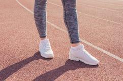 Разминка девушки спорта тренировка Фитнес здоровье Маленькая девочка на st Стоковое Изображение RF