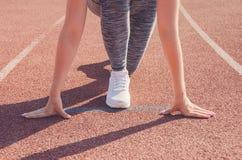 Разминка девушки спорта тренировка Фитнес здоровье Маленькая девочка на st Стоковое Изображение