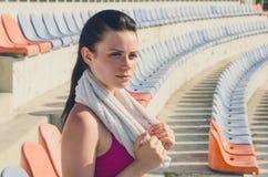 Разминка девушки спорта тренировка Фитнес здоровье Маленькая девочка с Стоковое Изображение