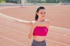 Разминка девушки спорта тренировка Фитнес здоровье Маленькая девочка на st Стоковая Фотография