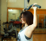Разминка женщины в спортзале стоковое фото