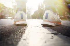 разминка женщины здоровья восхода солнца идущего ботинка бегунка дороги jog пригодности ног принципиальной схемы крупного плана У Стоковые Изображения