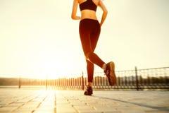 разминка женщины здоровья восхода солнца идущего ботинка бегунка дороги jog пригодности ног принципиальной схемы крупного плана Стоковые Изображения