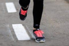 разминка женщины здоровья восхода солнца идущего ботинка бегунка дороги jog пригодности ног принципиальной схемы крупного плана Стоковое Изображение RF
