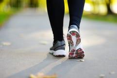 разминка женщины здоровья восхода солнца идущего ботинка бегунка дороги jog пригодности ног принципиальной схемы крупного плана Стоковая Фотография RF