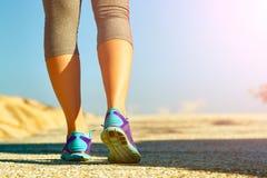 разминка женщины здоровья восхода солнца идущего ботинка бегунка дороги jog пригодности ног принципиальной схемы крупного плана с Стоковое Изображение RF