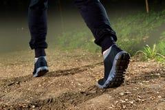 разминка женщины здоровья восхода солнца идущего ботинка бегунка дороги jog пригодности ног принципиальной схемы крупного плана Ж Стоковое фото RF