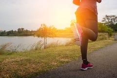 разминка женщины здоровья восхода солнца идущего ботинка бегунка дороги jog пригодности ног принципиальной схемы крупного плана с Стоковые Изображения