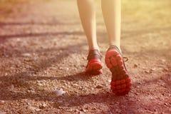 разминка женщины здоровья восхода солнца идущего ботинка бегунка дороги jog пригодности ног принципиальной схемы крупного плана К Стоковое Фото