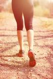 разминка женщины здоровья восхода солнца идущего ботинка бегунка дороги jog пригодности ног принципиальной схемы крупного плана К Стоковые Изображения RF