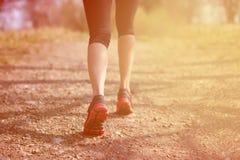 разминка женщины здоровья восхода солнца идущего ботинка бегунка дороги jog пригодности ног принципиальной схемы крупного плана К Стоковое Изображение RF