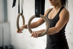 Разминка женщины кольца погружения фитнеса на тренировке спортзала окуная Стоковая Фотография RF
