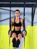 Разминка женщины кольца погружения Crossfit на окунать спортзала Стоковое фото RF