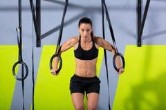 Разминка женщины кольца погружения Crossfit на окунать спортзала Стоковая Фотография