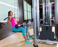 Разминка женщины машины pulldown Lat на спортзале Стоковое Изображение RF