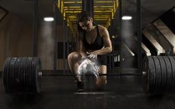 Разминка женщины со штангой на спортзале стоковые фотографии rf